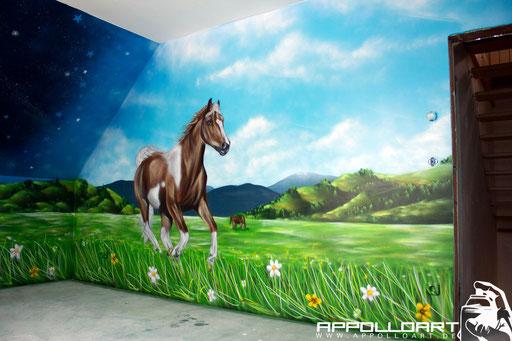 Graffitikünstler gestalten ein Kinderzimmer in Berlin mit Pferd ...