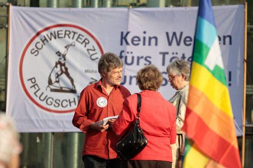 2014-04-30 Frauenkirche Dresden Gespräche bunte Fahne