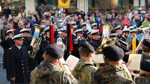 Verherrlichung des Militärs. Verherrlichung der Gewalt. Ohne uns! Militärmusikkorps abschaffen!