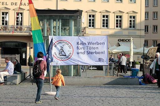 2014-04-30 Mädchen und Banner gegen Militär