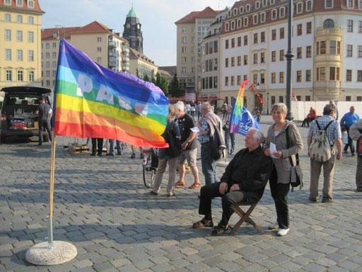 30. April 2014: Der Pazifist Bernhard Willner (sitzend) und seine Ehefrau demonstrieren gegen daen Militärgottesdienst in der Dresdner Frauenkirche.