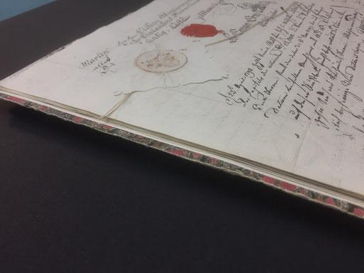 Konservatorische Einrahmung - Buch erhöht aufgelegt auf schwarzem Museumskarton