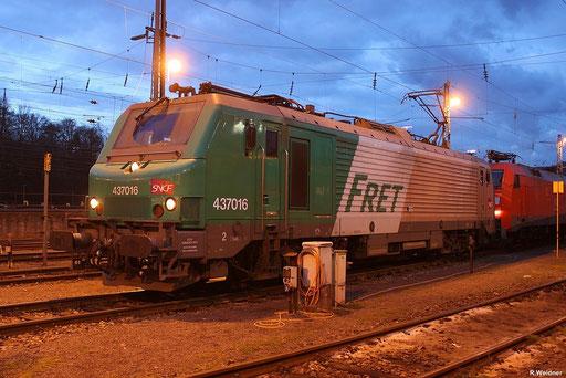 BB37016 wartet im Bh Saarbrücken ,wenig später wird sie den Frachtenzug EZ 44270 nach Woippy bringen , 30.11.2012