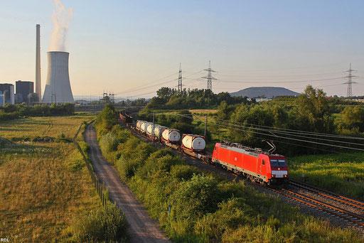 """186 332 in der """"untergehenden"""" Sonne am Kraftwerk Ensdorf. Bei diesem Zug handelt es sich um die Übergabe EK 55957 von Dillingen/Saar nach Saarbrücken, in den Behältern wird Wein transportiert, der bei der Firma Phul in Dillingen auf LKW's verladen wird"""