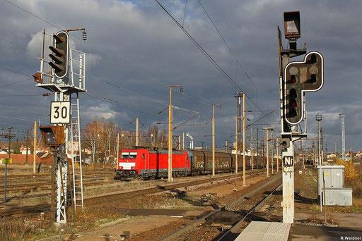 186 327 mit EZ 44286 Mannheim Rbf - Lerouville , ungewöhnlich die Ausfahrt über Gleis drei in Forbach/F ,30.11.12