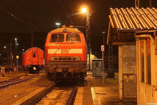 """225 802 steht im Bh Saarbrücken an der ehmaligenTankstelle am 15.12.2012 , dahinter steht noch ihre """"Schwester"""" 225 809"""