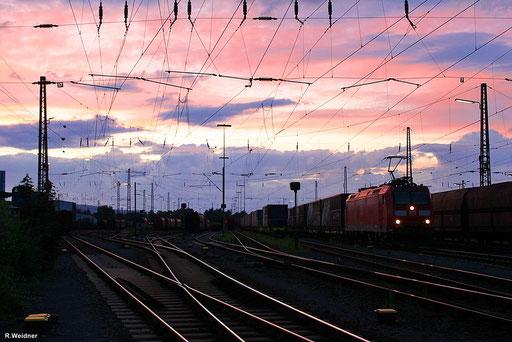 185 020 mit KT 41246 Köln-Niehl Hafen - Cerbere wartet in Dillingen/Saar bei einem schönen Sonnenuntergang auf die Weiterfahrt Richtung Frankreich  20.07.12