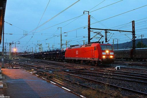 regnerisches Wetter schon ein Tag vor Herbstanfang, 185 024 im  Güterbahnhof (Triage) Forbach mit GA 49276 von Einsiedlerhof nach Hendaye an   der Grenze zu Spanien, der Komplette Zug ist beladen mit Autos der Marke BMW(sogar ein Z4 war dabei) , 21.09.201