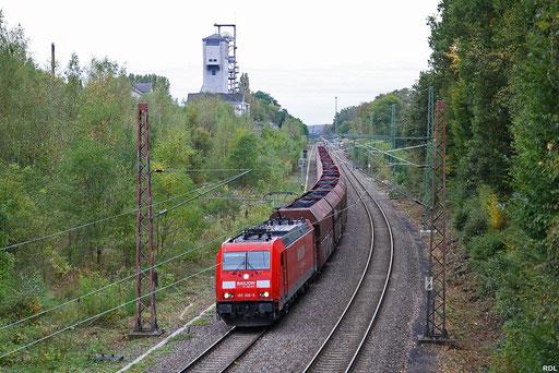 185 306 und 185 182 (am Schluß) mit GM 62441 Sulzbach - Göttelborn , im Hintergrund der Förderturm der im November 1990 stillgelegten Grube Campausen, 08.10.2012