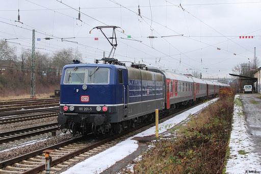 181 201 hat EN 453 nach Burbach gebracht und wartet auf die Abfahrt des Zuges (weiter mit 120 138) um nach Saarbrücken hinterher zu fahren , 04.12.2012