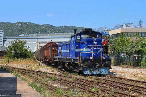 """2042 002 der Hrvatske željeznice (HŽ) rangiert mit E- und H-Wagen im Anschluss """"Aluminij Mostar"""" das direkt auf dem Gelände des zweitgrößten kroatischen Adriahafens liegt , Ploče 01.08.2012"""