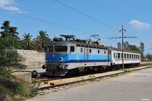 Nahverkehrszug 5905 aus Metković bei der Einfahrt in den Kopfbahnhof Ploče, der aus einem Wagen bestehende Zug wird gezogen von der HŽ 1141 043 vom Depo Zagreb