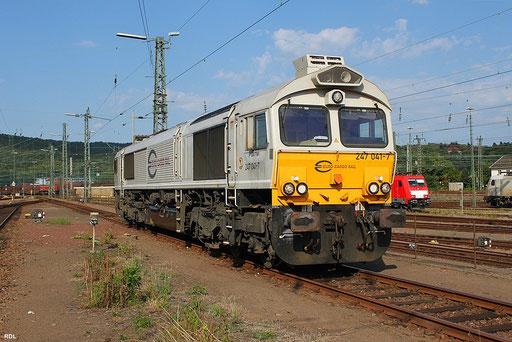 """der mit drei Loknummern, 266 441- 247 041- 77041, versehende EMD-Diesel der """"Series 66"""", der aus Oberhausen als Lokhilfe für Euro Cargo Rail im Grenzverkehr Deutschland - Frankreich zum Einsatz kommt, in Saarbrücken Rbf."""