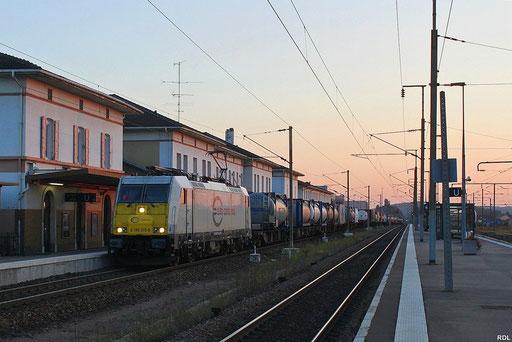 ECR 186 315 mit KT 41225 Irun - Saarbrücken Rbf Nord am vor dem Empfangsgebäude des Grenzbahnhofes Forbach in Frankreich, Sonnenuntergang 19:34 Uhr 15.09.2012