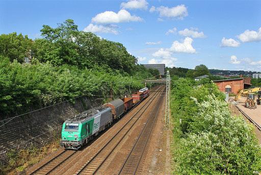 der aus fünf Wagen bestehende Frachtenzug EZ 44270 Saarbrücken Rbf - Woippy mit SNCF FRET BB37018 am 08.06.12 auf der Güterumfahrung in Saarbrücken