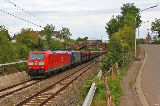 RBH 185 012 und im Schlepp RBH 143 028 mit Kohleleerzug GM 62986 Fürstenhausen - Duisburg-Ruhrort Hafen an der Steinbogenbrücke in Saarbrücken-Burbach 30.08.2012