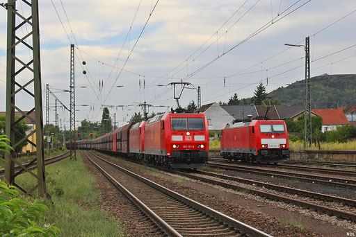 mit gut vier Stunden Verspätung fährt GM 49769 aus Oberhausen mit DT 185 151 + 155 in den Bhf.Ensdorf ein, daneben wartet schon die Schiebelok 186 327  für den fast 4000t schweren Zug, 16.08.12