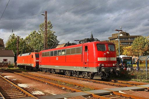 kleines Wolkenloch für 151 064 (IS770 LD X 11.08.2011), die wenig später als T 67119 nach Saarbrücken fahren wird, Dillingen(Saar) 05.10.2012