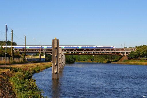 Tz 4704 überfährt in der Abendsonne mit gut vierzig Minuten Verspätung als TGV 9552 Frankfurt/M - Paris Est die Saar Richtung Forbach , Saarbrücken 23.07.12