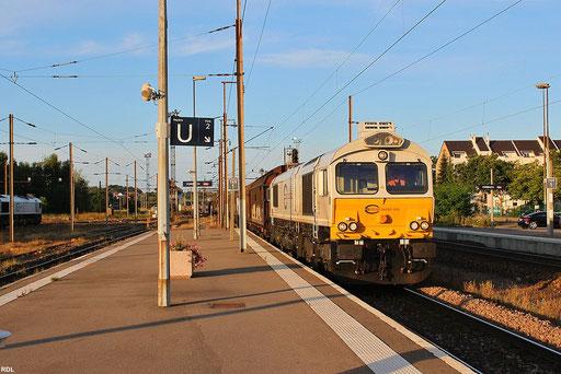 """in der Abendsonne verlässt ECR 77 025 mit """"Boschzug"""" EZ 47250 Saarbrücken Rbf - Gretz-Armainvilliers den franzsösischen Grenzbahnhof Forbach, 12.08.2012 19:50 Uhr"""