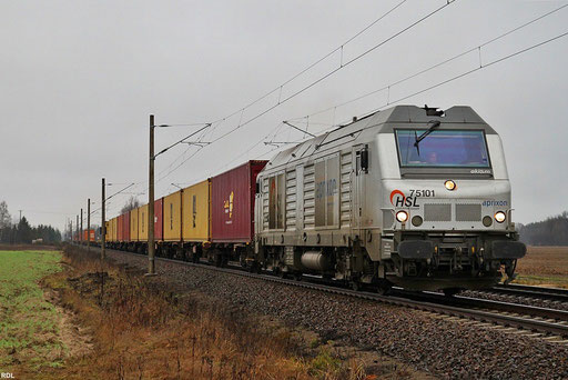 AKIEM / HSL Diesel BB75101 mit einem Containerzug Richtung Dresden am Schnee freien Heiligabend bei Schmerkendorf im südlichen Brandenburg