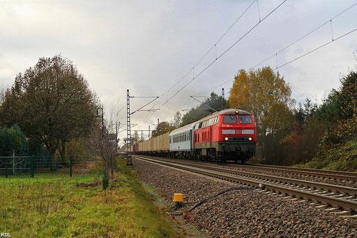 218 002 mit Containerzug der amerikanischen Streitkräfte aus dem Army Depot im rheinland-pfälzischen Miesau, M 49762 Hauptstuhl - Bad Bentheim an einem typischen Novembertag in Hauptstuhl (05.11.2012)