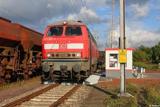 225 802 (218 002) an der Tankstelle in Neunkirchen(Saar) , 15.10.2012