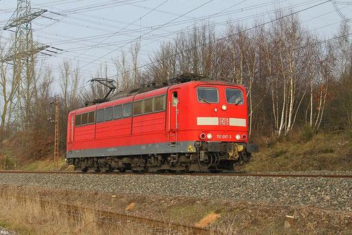 die mit einseitiger Automatischen Kupplung ausgerüstete 151 097 fährt am 01.12.2012 als T 67206 Dillingen Hütte - Völklingen Walzwerk zwischen Ensdorf und Bous