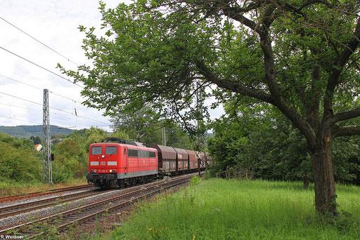 Eisenbahn und Apfelbaum gesehen in Willtingen/Saar, 151 085 mit einem leeren 4000er GM 49464 von Neunkirchen/Saar nach Oberhausen West  20.07.12