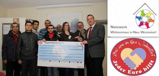 Schirmherr Thomas Grambow und Dirk Ringel vom JEDER EURO HILFT!-Team (re. im Bild) überreichten den Spendenscheck an Hannelore Schade vom Flüchtlingsnetzwerk (3. von re.)