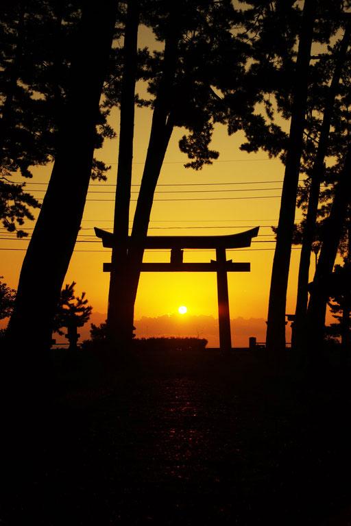 隠岐 春日浜 秋分の日の朝陽と鳥居