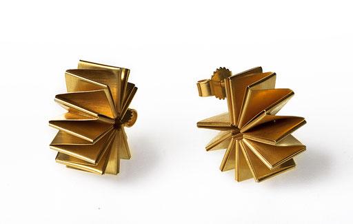 Die goldplattierten Ohrstecker NAUTILUS aus 925 Silber und Feinsilber faszinieren mit ihrer linearen, geometrischen Form, die sich wie eine Kreole um Ihr Ohrläppchen schließt. Diskret und stilvoll ziehen sie die Aufmerksamkeit auf Ihre Erscheinung.