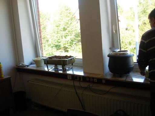 Mittagspause mit Frikadellen, Würstchen, Kraut-und Kartoffelsalat...