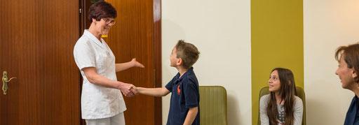 Zum Zahnarzt ab dem Kindergartenalter. Ihr Kind wird behutsam behandelt und kann sich an die Situation am Zahnarztsessel gewöhnen.
