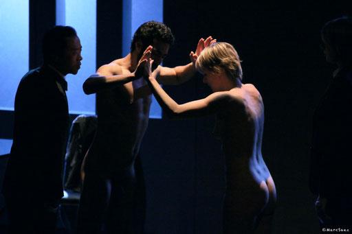 Helmi Dridi, Véronique Picciotto et Anatole Thibault dans À NU adaptation et Mise en scène Marc SAEZ au Vingtième théâtre