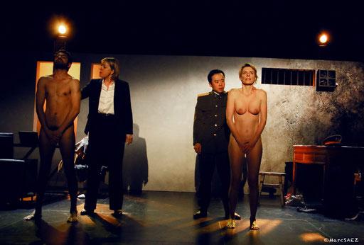 Véronique Picciotto Helmi Dridi Pascale Denizane et Anatole Thibault dans À NU adaptation et Mise en scène Marc SAEZ au Vingtième théâtre