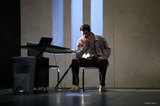 Helmi Dridi dans À NU adaptation et Mise en scène Marc SAEZ au Vingtième théâtre