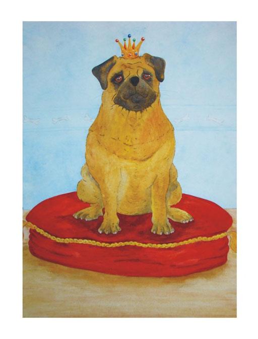 Mops sitzt auf rotem Kissen. Mops hat eine Krone auf. Es ist der König der Möpse