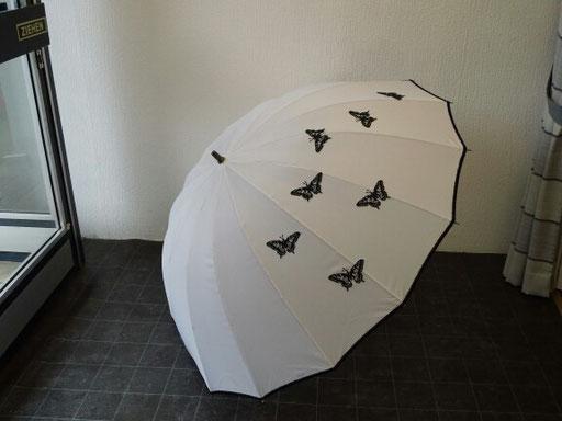 Dieser Brautschirm hat einen Durchmesser von 1,30 m, ist verziert mit schwarzer Börde und schwarzen Schmetterlingen aus Plauner Spitze