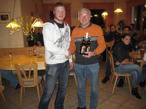 Daniel Popp gratuliert dem Gewinner Werner Dippold