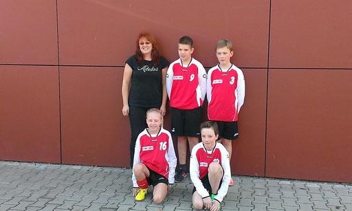 hinten: Betreuerin Gaby, Jakob, Jonas; vorne: Leonie, Johann
