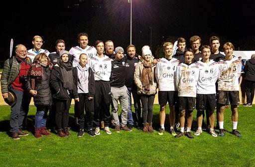 Der Hallersteiner Fanblock zusammen mit der U18-Nationalmannschaft mit Johann (3)