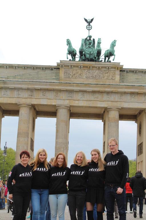 Auf dem Foto: vlnr Gaby Summa, Sarah Schnabel, Franziska Dietel, Leonie Sturm, Hanna Dietel und Andreas Popp