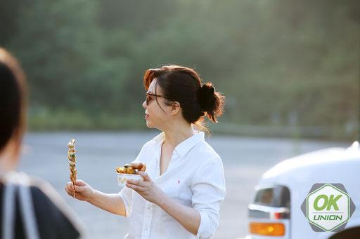 軽食中のハ・ヨンチュン役のチェ·ファジョンさん