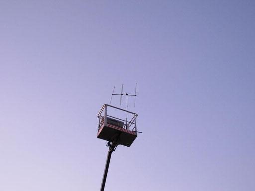 Raststätte. Sehet die Vögel. Hubbühne, Radioantenne - durch Dachsanierung abgenommen - reanimiert, Vorplatz Stadtgalerie Havelberg 2011