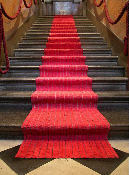 Tapis Rouge - Widerstand der Versuchung, ca. 140.000 Ladykracher verknüpft zu einem Teppich. Palais de l'Athénée, Genf 2004