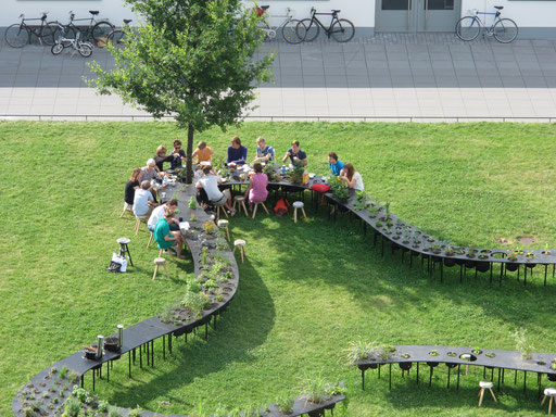 more discussions went on at breakfast and bbq at a meeting point, tischlein deck dich, kraut-funding initiative of c'mon c'mmons with dessau citizens... how to be host and guest at the same time ...
