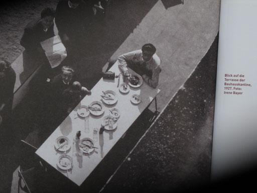 Foto in: Ute Ackermann: Das Bauhaus isst. E.A. Seemann Verlag, 2008. Zu sehende Abbildung: Blick auf die Terrasse der Bauhauskantine, 1927. Das Foto im Buch schoß Irene Bayer 1927. Die Rechte am Bild hat Heute das Bauhaus Archiv in Berlin.