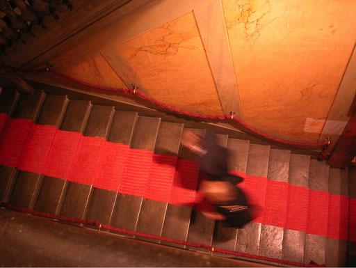 Tapis rouge. Widerstand der Versuchung. Ca. 140.000 Ladykracher sind zu einem Teppich verknüpft. Palais Athénée, Genf 2004