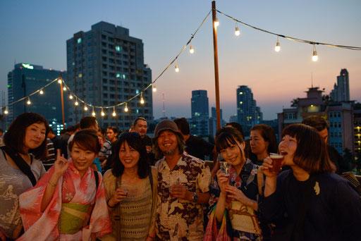 16年春、バンコクでのタイの写真家との合同展のパーティ−で